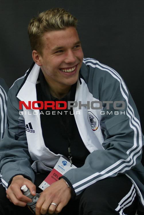 U21 - EM 2004 - Gruppe B<br /> Deutschland vs. Schweiz 2:1<br /> Lukas Podolski von Deutschland musste verletzt pausieren. Er sah sich das Spiel von der Bank aus an.<br /> Foto &copy; nordphoto - Ruediger Lampe<br /> <br />  *** Local Caption *** Foto ist honorarpflichtig! zzgl. gesetzl. MwSt.<br />  Belegexemplar erforderlich<br /> Adresse: nordphoto<br /> Georg-Reinke-Strasse 1<br /> 49377 Vechta
