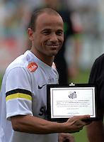 SANTOS SP, 21 Julho 2013 - Santos  X Coritiba -  Leo do Santos recebe homenagem durante partida contra o Coritiba valida pelo campeonato brasileiro de 2013  no Estadio da Vila Belmiro em  Santos, neste domingo, 21. (FOTO: ALAN MORICI / BRAZIL PHOTO PRESS).