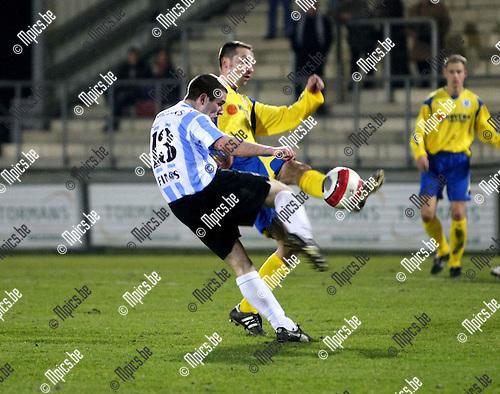 2009-03-07 / Voetbal / Geel-Meerhout - KSK Heist / Jeoren Belmans haalt uit. Werry Sels (Heist) stopt zijn schot...Foto: Maarten Straetemans (SMB)