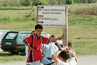 """Nach dem Erdbeben im August in der Tuerkei leben tausende Menschen in Zeltlagern und Behilfszelten.<br /> Die Hilfsorganisation """"Kinder haben Rechte"""" hat in der Ortschaft Yuvacik-Koey eine Traglufthalle aufgebaut, die fuer die Kinder als Schulhaus dienen soll, da nicht klar ist, ob und wann die Regierung ein neues Schulhaus errichtet.<br /> Hier: Kinder aus dem Ort und der Umgebung sind zur Eroeffnung ihrer """"Ballon-Schule"""" gekommen.<br /> 15.10.1999, Yuvacik-Koey/Tuerkei<br /> Copyright: Christian-Ditsch.de<br /> [Inhaltsveraendernde Manipulation des Fotos nur nach ausdruecklicher Genehmigung des Fotografen. Vereinbarungen ueber Abtretung von Persoenlichkeitsrechten/Model Release der abgebildeten Person/Personen liegen nicht vor. NO MODEL RELEASE! Nur fuer Redaktionelle Zwecke. Don't publish without copyright Christian-Ditsch.de, Veroeffentlichung nur mit Fotografennennung, sowie gegen Honorar, MwSt. und Beleg. Konto: I N G - D i B a, IBAN DE58500105175400192269, BIC INGDDEFFXXX, Kontakt: post@christian-ditsch.de<br /> Bei der Bearbeitung der Dateiinformationen darf die Urheberkennzeichnung in den EXIF- und  IPTC-Daten nicht entfernt werden, diese sind in digitalen Medien nach §95c UrhG rechtlich geschützt. Der Urhebervermerk wird gemaess §13 UrhG verlangt.]"""