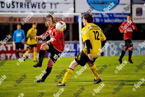 2012-09-29 / Voetbal / seizoen 2012-2013 / Vorselaar-Nieuwmoer / Jeroen De Vlaming (l.) werkt de bal weg voor Mathi Van Remortel (r.).
