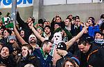 Stockholm 2014-03-01 Bandy SM-semifinal 1 Hammarby IF - V&auml;ster&aring;s SK :  <br /> V&auml;ster&aring;s supportrar &auml;r glada p&aring; p&aring; l&auml;ktaren under matchen<br /> (Foto: Kenta J&ouml;nsson) Nyckelord:  VSK Bajen HIF glad gl&auml;dje lycka leende ler le supporter fans publik supporters balaclava