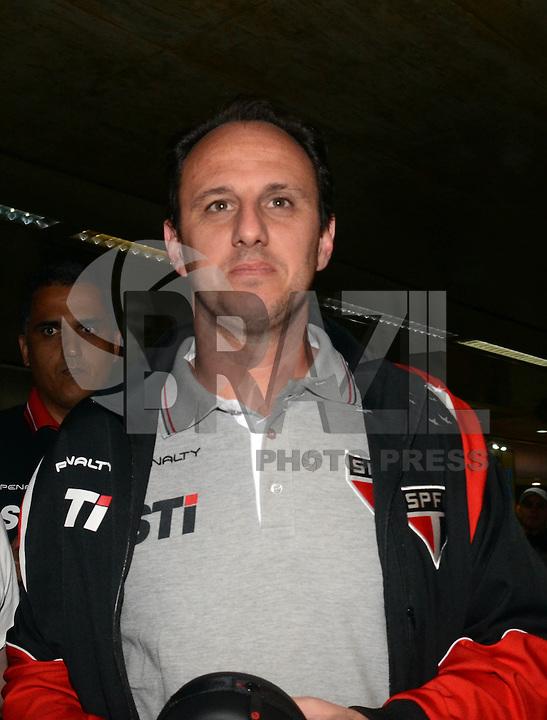 SAO PAULO, SP, 15 MARCO 2013 - Rogerio Ceni  no desembarquer da equipe do  Sao Paulo após partida contra o Arsenal da Argentina valida pela taca Libertadores da America, no aeroporto de Cumbica , em Guarulhos. nesta sexta feira 15. (FOTO: ALAN MORICI / BRAZIL PHOTO PRESS).