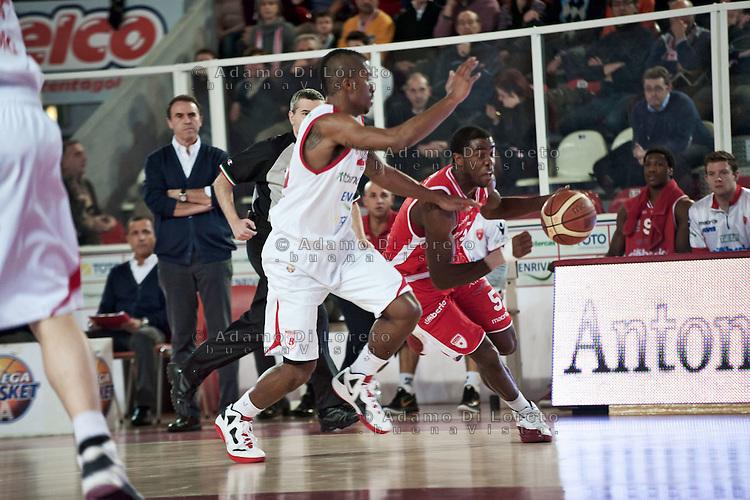 Teramo 15-01-2012 Campionato di Lega A1 Basket 2011/2012: TERAMO BASKET VS CIMBERIO VARESE. IN FOTO GOODS ANTHONY TERAMO HURTT JUSTIN VARESE