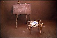 Mozambico, aula, lavagna e cattedra, di una scuola primaria nel distretto di Chure