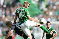 FUSSBALL   1. BUNDESLIGA   SAISON 2013/2014   2. SPIELTAG SV Werder Bremen - FC Augsburg       11.08.2013 Matthias Ostrzolek (li, FC Augsburg) gegen Aaron Hunt (re, SV Werder Bremen)