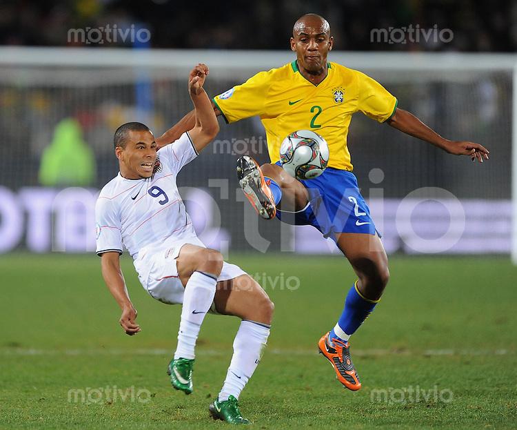 Fussball  International FIFA Confederations Cup 2009   28.06.2009 Finale USA - Brasilien  CHARLIE DAVIES (li,USA) gegen MAICON (BRA)