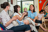A midwifery support worker talks to mothers at a breastfeeding support drop-in centre.<br /> <br /> 01/06/2011<br /> Hampshire, England, UK