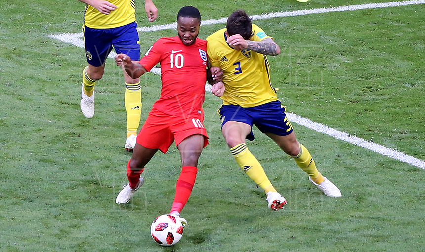 SAMARA - RUSIA, 07-07-2018: Victor LINDELOF (Der) jugador de Suecia disputa el balón con Raheem STERLING (Izq) jugador de Inglaterra durante partido de cuartos de final por la Copa Mundial de la FIFA Rusia 2018 jugado en el estadio Samara Arena en Samara, Rusia. / Victor LINDELOF (R) player of Sweden fights the ball with Raheem STERLING (L) player of England during match of quarter final for the FIFA World Cup Russia 2018 played at Samara Arena stadium in Samara, Russia. Photo: VizzorImage / Julian Medina / Cont