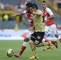 BOGOTÁ -COLOMBIA, 01-12-2013. Carlos Valdes (Izq) de Independiente Santa Fe disputa el balón con Jorge Aguirre (Der) del Itaguí durante partido por la fecha 4 de los cuadrangulares finales de la Liga Postobón  II 2013 jugado en el estadio Nemesio Camacho el Campín de la ciudad de Bogotá./ Independiente Santa Fe player Carlos Valdes (L) fights for the ball with Itagui player Daniel Torres (R) during match for the 4th date of final quadrangulars of the Postobon  League II 2013 played at Nemesio Camacho El Campin stadium in Bogotá city. Photo: VizzorImage/ Gabriel Aponte /
