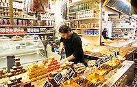 Nederland  Beverwijk  2017. De Bazaar in Beverwijk. De Bazaar in Beverwijk is al 37 jaar de plek waar uiteenlopende culturen samenkomen en is de grootste overdekte markt in Europa. De Bazaar bestaat uit verschillende marktdelen.  De Oosterse Markt.  Turkse etenswaren. Kum Cakes.      Foto mag niet in negatieve context gebruikt worden.     Foto Berlinda van Dam / Hollandse Hoogte