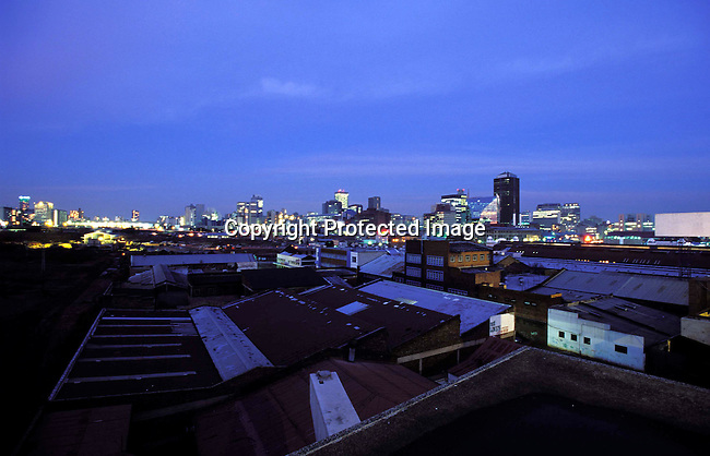 digajhb00129.Gauteng. Johannesburg. A view of the skyline in downtown Johannesburg as sunset on June 20, 2002 in Johannesburg, South Africa. The city is the melting pot for Africans arriving to South Africa with it's mix of people, culture and diversity..©Per-Anders Pettersson/iAfrika Photos