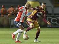 IBAGUÉ -COLOMBIA, 10-12-2015. Davinson Monsalve (Der) del Deportes Tolima disputa el balón con Edinson Toloza (Izq) de Atlético Junior durante partido de ida por la semifinal de la Liga Águila II 2015 jugado en el estadio Manuel Murillo Toro de Ibagué./ Davinson Monsalve (R) player of Deportes Tolima struggles for the ball with Edinson Toloza (L) player of Atletico Junior during first leg match for the semifinal of the Aguila League II 2015 played at Manuel Murillo Toro stadium in Ibague city. Photo: VizzorImage/ Gabriel Aponte / Staff