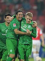FUSSBALL   1. BUNDESLIGA  SAISON 2011/2012   11. Spieltag   29.10.2011 1.FSV Mainz 05 - SV Werder Bremen JUBEL Werder Bremen; Torschuetze zum 1-2 Aaron Hunt  (re) umarmt von Claudio Pizarro