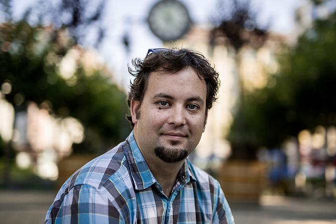 Bela Soltesz, Jahrgang 1981, ist ein Forscher im Bereich der Sozial- und Politikwissenschaften. Er unterrichtet an der Eötvös Lorand Universiät in Budapest. Promoviert hat er in Internationalen Beziehungen. Sein Fokus liegt auf Migrations- und Diasporathemen.