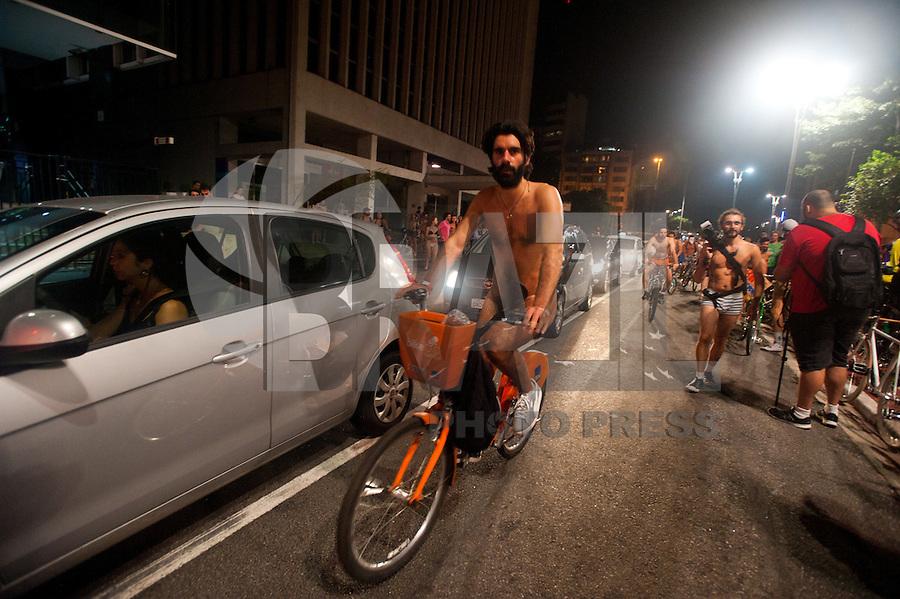 """SÃO PAULO,SP, 05.03.2016 - PEDALADA PELADA-SP - Ciclistas seminus participam do evento anual """"World Naked Bike Ride"""" em São Paulo. O objetivo do movimento é promover uma cultura mais positiva e encorajar o ciclismo como uma forma mais limpa de transporte, além de pedir mais respeito aos ciclistas. (Foto: Gabriel Soares/Brazil Photo Press)"""