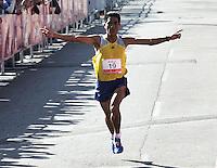 BOGOTA – COLOMBIA – 15-03-2014: Raúl César Machacuay, de Peru, con un tiempo de 30 minutos con 37 segundos, segundo lugar en la tercera versión del Avianca RunTour 2015, cerca de 10000 atletas participaron, por las calles de Bogota. Avianca impulsado a promover el atletismo como deporte universal, al tiempo contribuye a la salud de los niños de escasos recursos económicos que requieren atención medica y quirúrgica especializada, es asi como Avianca entrega a la Fundacion Cardio Infantil los dineros recaudados para la dotación de la Unidad de Cuidados Intensivos de Neonatos. / Raúl César Machacuay, of Peru, with 30 minutes and 37 segunds, the second place the third version of Avianca RunTour 2015, nearly 10,000 athletes participated, through the streets of Bogota. Avianca driven to promote athletics as universal sport, while contributing to the health of children of low income who require specialized medical and surgical care, is also Avianca delivery to the Fundacion Cardio Infantil, the monies raised for the endowment of the unit Neonatal Intensive Care. Photo: VizzorImage / Luis Ramirez / Staff.