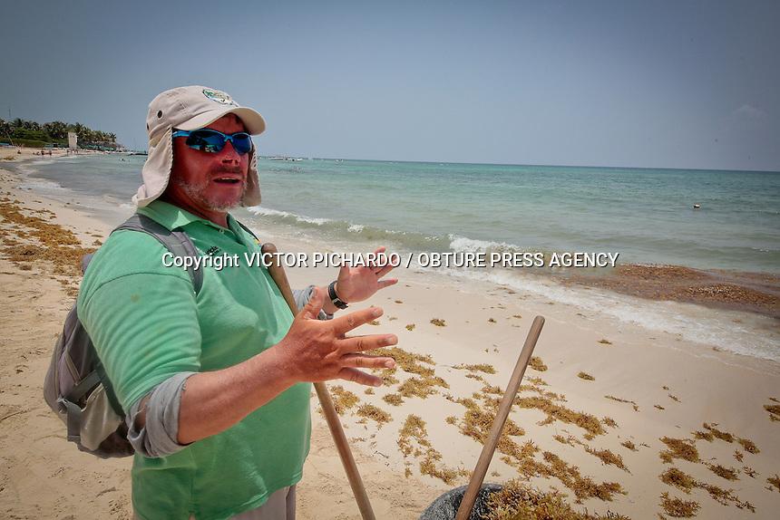"""Playa del Carmen, Quintana Roo.-  Alejandro Monreal Vigo es un hombre nacido en el distrito Federal pero residente de Quintana Roo desde hace 15 años. Día con día, con esfuerzo y dedicacion, salta a la playa para mantener en óptimas condiciones el tramo que le corresponde. Alejandro es el encargado de mantener libre de algas la orilla de la playa. """"La vida no es facil"""" asegura ; """"hoy en día a nadie le importa hacer las cosas bien, a muchos no les importa si la playa esta limpia y en orden , no entienden que si no está así los turistas no vienen y mucha gente deja de tener trabajo."""" Con 54 años de edad Alejandro es un ejemplo de la cultura del turismo en uno de los lugares mas visitados de la Riviera Maya, """"No importa que sea poquito lo que hagamos, siempre ayuda a los demás"""" Foto: Victor Pichardo / Obture Press Agency"""