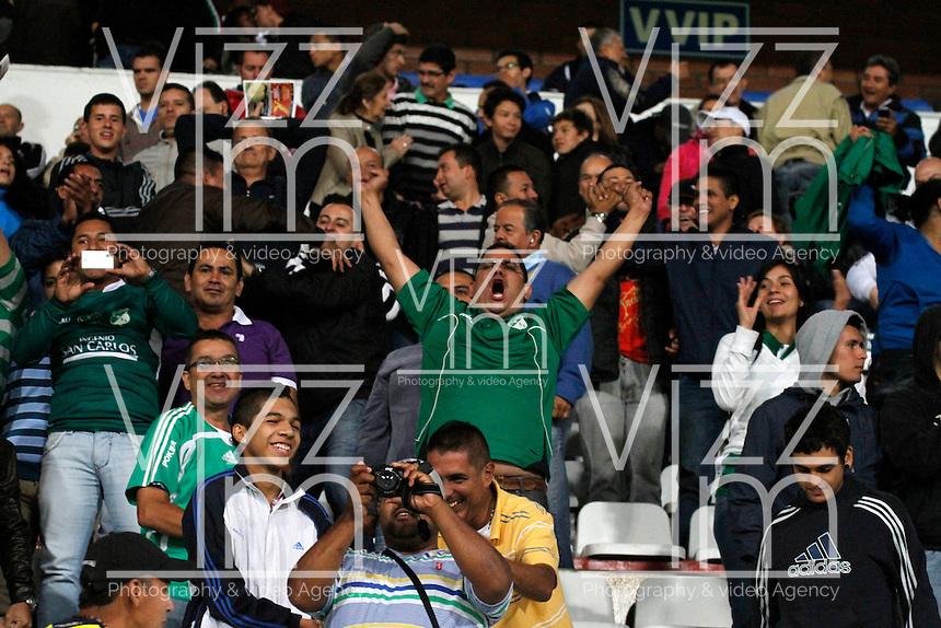 MANIZALES -COLOMBIA, 23-11-2013. Hinchas del Deportivo Cali celebran la victoria de su equipo sobre Once Caldas durante partido válido por la fecha 3 de los cuadrangulares finales de la Liga Postobón II 2013 jugado en el estadio Palogrande de la ciudad de Manizales./ Deportivo Cali supporters celebrate the victory over Once Caldas during match for the 3rd date of final quadrangulars of the Postobon  League II 2013 at Palogrande stadium in Manizales city. Photo: VizzorImage/Santiago Osorio/STR