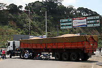 REDOMA ESCOBAL -UREñA -COLOMBIA. 24-02-2014. Protesta de conductores .La protesta se origina debido a que se multar‡ a quien sea encontrado abasteciendo de combustible su veh'culo, carro o moto, en la v'a pœblica. La infracci—n de tr‡nsito, tendr‡ un costo de $872.000, el anuncio se hizo, luego de  un consejo extraordinario de seguridad, en el que se analizaron acciones para preservar la seguridad y la tranquilidad de la ciudad. El paso a Venezuela ./Protest drivers. Protest originates because they will fine anyone found fueling your car, truck or motorcycle on public roads. The traffic violation, will cost $ 872,000, the announcement was made after a special security council, in which actions are analyzed to preserve the security and tranquility of the city. The move to Venezuelase encuentra bloqueado. Photo: VizzorImage / Manuel Hernandez / Stringer
