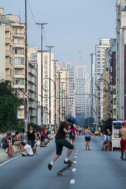 Pessoas se exercitando no Minhocão - Elevado Costa e Silva, São Paulo - SP, 01/2016.