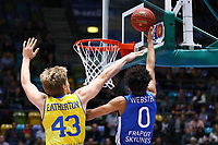 Tai Webster (Fraport Skyliners) gegen Scott Eatherton (Basketball Löwen Braunschweig) - 11.10.2017: Fraport Skyliners vs. Basketball Löwen Braunschweig, Fraport Arena Frankfurt