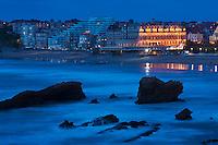 Europe/France/Aquitaine/64/Pyrénées-Atlantiques/Pays-Basque/Biarritz: vue nocturne de a Grande Plage et de l Hôtel du Palais ou  Villa Eugénie