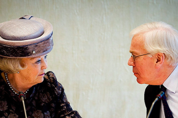 HOL02 LA HAYA (HOLANDA) 25/1/2012.- La reina Beatriz de Holanda (i) conversa con el vice presidente del Consejo de Estado, Tjeenk Willink, (d), durante el encuentro que han mantenido en La Haya, Holanda, hoy, miércoles, 25 de enero de 2012. EFE/Robin Utrecht.