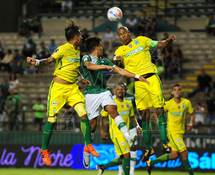 PALMASECA-COLOMBIA, 5 - 11- 2017.  Alexis Henríquez (Der.) jugador dl Atlético Nacional en acción contra el Deportivo Cali  durante partido por la fecha 19 de la Liga Aguila II 2017 jugado en el estadio Deportivo Cali  en  Palmaseca . / Alexis Henriquez (R)  player of Atletico Nacional in actions agaisnt Deportivo Cali  during match for the date 19 of the Liga Aguila II 2017 played at the Deportivo Cali  Stadium in Palmaseca  . Photo:VizzorImage / Nelson Rios  / Contribuidor
