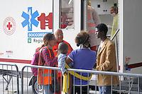 - Milano, profughi dall'Eritrea e dalla Siria, sbarcati clandestinamente nel Sud Italia, accampati nella Stazione Centrale in attesa di proseguire il viaggio per i paesi del Nord Europa; assistenza sanitaria<br /> <br /> - Milan, refugees from Eritrea and Syria, landed clandestinely in southern Italy, camped in the Central Station waiting to continue travel for the countries of Northern Europe; health care