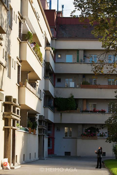 Vienna, Karl-Marx-Hof. Conversation in a courtyard.