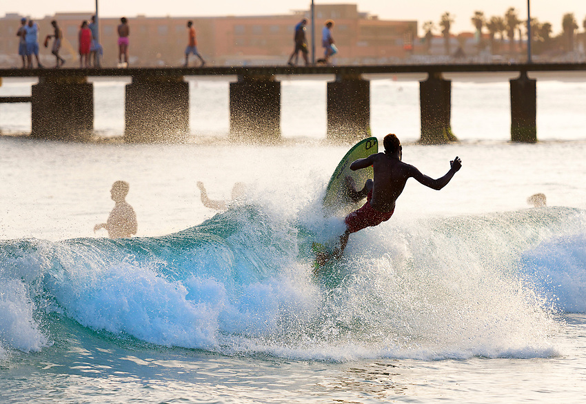 Cabo Verde, Kaap Verdie, KaapVerdie, sal kaapverdie santa maria 2017<br /> Santa Maria, officieel  is een plaats in het zuiden van het Kaapverdische eiland Sal met 6.272 inwoners. Met de opkomst van het toerisme heeft de plaats bekendheid gekregen en is het toerisme de voornaamse inkomstenbron<br /> Kaapverdi&euml;, dat behoort tot de geografische regio Ilhas de Barlavento<br />   foto  Michael Kooren<br /> strand Santa Maria  beach boats swimming, clear water, sunshine, reflections , fun, sun ,  surfing