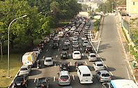 ATENCAO EDITOR: FOTO EMBARGADA PARA VEICULO INTERNACIONAL - SAO PAULO, SP, 23 NOVEMBRO 2012 - TRANSITO EM SAO PAULO MANHA –  Excesso de veiculos deixa o transito complicado na av 23 de maio  nessa manha no sentido zona sul na regiao da Liberdade zona central da capital paulista nessa sexta, 23. (FOTO: LEVY RIBEIRO / BRAZIL PHOTO PRESS)