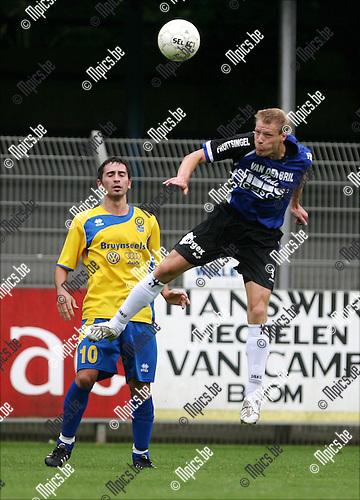 2008-08-10 / Voetbal / K Rupel Boom FC - Dilbeek Sport / Kenny Lavaert van Rupel Boom kopt de bal weg voor de neus van Umit Guner van Dilbeek (l)..Foto: Maarten Straetemans (SMB)