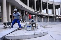 RIO DE JANEIRO, RJ, 23 DE MAIO DE 2013 -OBRAS NO ENTORNO DO ESTÁDIO MÁRIO FILHO - MARACANÃ- Operários sao visto nas obras no entorno do estádio do Maracanã, na tarde desta quinta-feira, 23 de maio, no Maracanã, na zona norte do Rio de Janeiro.FOTO:MARCELO FONSECA/BRAZIL PHOTO PRESS
