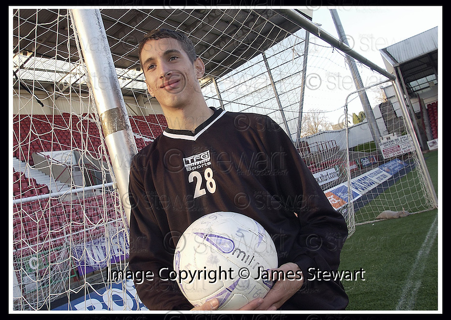 6/11/03           Copyright Pic : James Stewart       .File Name : stewart-labonte-01.DUNFERMLINE DEFENDER ARRON LABONTE......James Stewart Photo Agency, 19 Carronlea Drive, Falkirk. FK2 8DN      Vat Reg No. 607 6932 25.Office : +44 (0)1324 570906     .Mobile : + 44 (0)7721 416997.Fax     :  +44 (0)1324 570906.E-mail : jim@jspa.co.uk.If you require further information then contact Jim Stewart on any of the numbers above.........