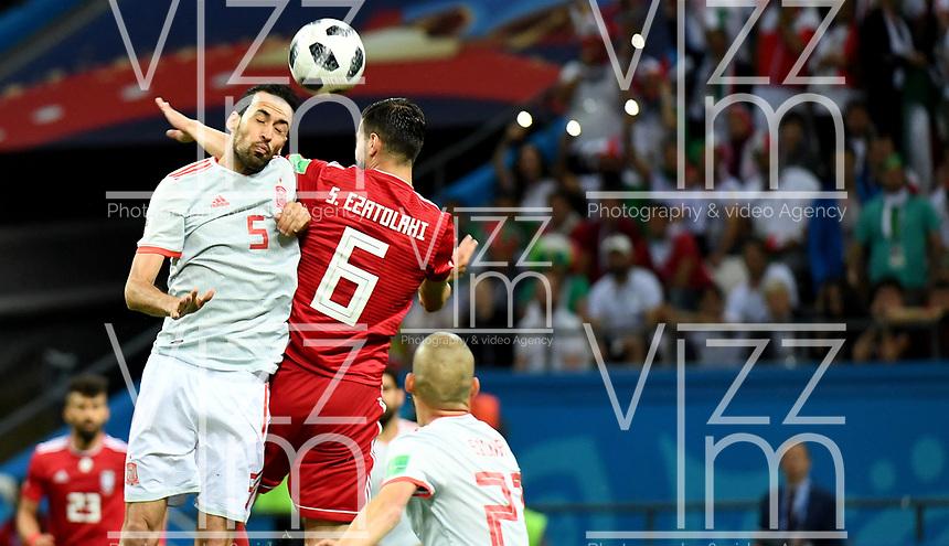 KAZAN - RUSIA, 20-06-2018: Saeid EZATOLAHI (Der) jugador de RI de Irán disputa el balón con Sergio BUSQUETS (Izq) jugador de España durante partido de la primera fase, Grupo B, por la Copa Mundial de la FIFA Rusia 2018 jugado en el estadio Kazan Arena en Kazán, Rusia. /  Saeid EZATOLAHI (R) player of IR Iran fights the ball with Sergio BUSQUETS (L) player of Spain during match of the first phase, Group B, for the FIFA World Cup Russia 2018 played at Kazan Arena stadium in Kazan, Russia. Photo: VizzorImage / Julian Medina / Cont