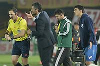 BOGOTÁ-COLOMBIA-16-09-2015. Gustavo Munua (C) técnico de Nacional reclama a Mauro Vigliano (AR), arbitro, durante el encuentro de vuelta entre Independiente Santa Fe (COL) y Nacional (URU) por la segunda fase de la Copa Sudamericana 2015 jugado en el estadio Nemesio Camacho El Campín de la ciudad de Bogotá./ Gustavo Munua (C) coach of Nacional claims to Mauro Vigliano (AR), referee, during secong leg match between Independiente Santa Fe (COL) and Nacional (URU) for the second phase of Copa Sudamericana 2015 played at Nemesio Camacho El Campin stadium in Bogotá city.  Photo: VizzorImage/ Gabriel Aponte /Staff