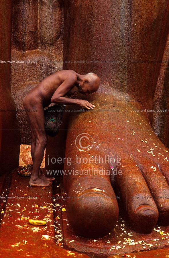 INDIA place Sravana Belagola state Karnataka , every 12 years the Jains celebrate the festival Mahamastakbisheka at the 55 feet high monolithic granite statue of Lord Bahubali and pour colored liquids and spices, naked Jain monk at prayer / INDIA Karnataka , Alle 12 Jahre feiern die Jainas das Festival Mahamastakbisheka in Shravana Belagola , die 17 Meter hohe Statue aus Granit ihres heiligen Bahubali oder Gommata oder Gomateshvara wird mit farbigen Fluessigkeiten Gewuerzessenzen Milch Puderzucker übergossen , Jains praktizieren als oberstes Gebot Gewaltverzicht ahimsa und sind strikte Vegetarier, nackter Jain Moench im Gebet