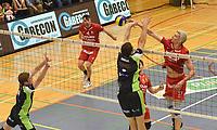 PREFAXIS MENEN - NOLIKO MAASEIK :<br /> Robert Bontje (17) kegt de bal tussen het blok van Menen<br /> <br /> Foto VDB / Bart Vandenbroucke