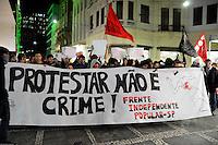SÃO PAULO-SP -30,07,2014- ATO NACIONAL - PROTESTAR NÃO É CRIME - Manifestantes em marcha até a Praça Roosevelt em protesto pelas prisões de manifetantes no Rio de Janeiro e São paulo, na  região central da cidade São Paulo,nessa quarta-feira,30
