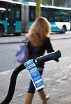 Nederland, Utrecht, 11-04-2011 Fietsen. Aan het stuur van een fiets hangt een waarschuwing. Na 28 dagen (4 weken) in het fietsenrek wordt de fiets verwijderd. Foto: Gerard Til