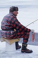 Amérique/Amérique du Nord/Canada/Quebec/Fjord du Saguenay : Pêche blanche - Pêcheur tenant une sébaste