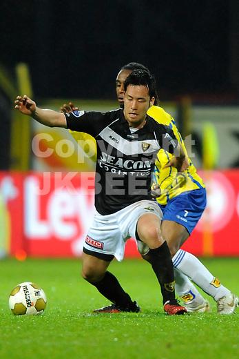 LEEUWARDEN - Voetbal, SC Cambuur - VVV, Cambuur stadion, halve finale  playoff, seizoen 2011-2012, 10-05-2012  VVV Venlo  speler  Maya Yoshida in duel verdedigt de bal.