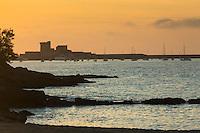 France, Aquitaine, Pyrénées-Atlantiques, Pays Basque, Ciboure: Coucher de soleil sur la baie de Saint-Jean-de-Luz  et le fort de Socoa //  France, Pyrenees Atlantiques, Basque Country, Ciboure