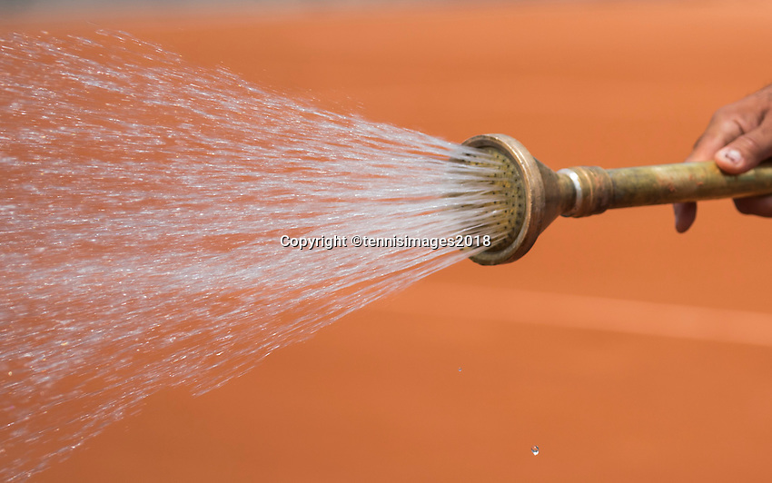 Paris, France, 27 May, 2018, Tennis, French Open, Roland Garros, Groendsman sparing water on the court<br /> Photo: Henk Koster/tennisimages.com