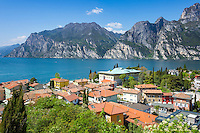 Italy, Trentino, Lake Garda, Torbole: resort on North bank of lake Garda with Rocchetta mountains | Italien, Trentino, Gardasee, Torbole: Urlaubsort am Nordurfer vor dem Rocchetta-Massiv
