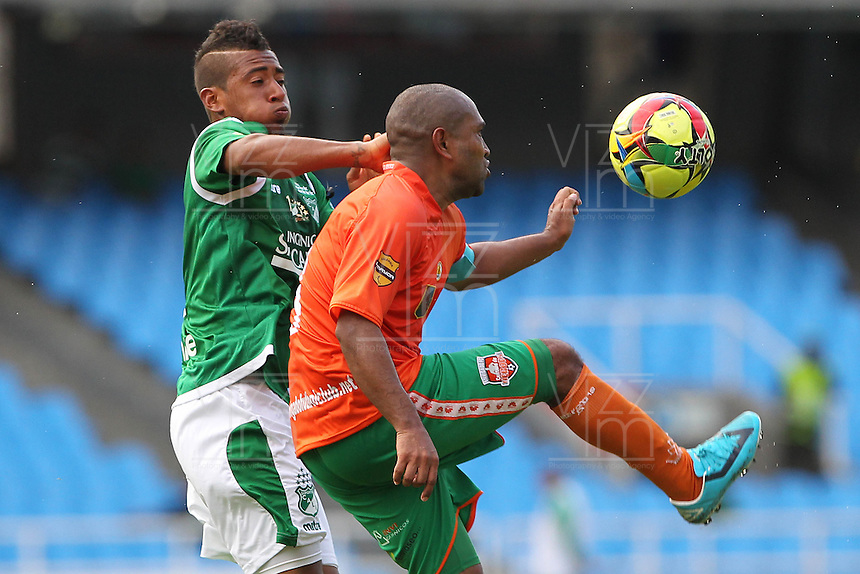 CALI -COLOMBIA-10-11-2013. Harrison Mojica (Izq.) jugador de Deportivo Cali disputa el balón con Neider Morantes (Der.) jugador de Envigado durante del partido por la fecha 18 de la Liga Postobon II-2013, jugado en el estadio Pascual Guerrero de la ciudad de Cali. / Harrison Mojica (L) player of Deportivo Cali vies for the ball with Neider Morantes (R) of Envigado during a match for the 18th  date of the Postobon Leaguje II-2013 at the Pascual Guerrero stadium in Cali city. Photo: VizzorImage/Juan C. Quintero/STR