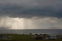 Regen über dem Meer, Unwetter, Wetter, Gewitter, Regenschauer, Schauer, Wolken, Wolke, Regenwolke, Regenwolken, Regenfront, Unwetterfront, Regen unter den dunklen Wolken wird von der Sonne angestrahlt, Norwegen, Halbinsel Varanger, Fischerdorf Ekkeroy