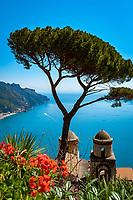 Italien, Kampanien, Ravello: Ausblick vom Park der Villa Rufolo auf die Amalfikueste | Italy, Campania, Ravello: view from Garden of Villa Rufolo across Amalfi Coast